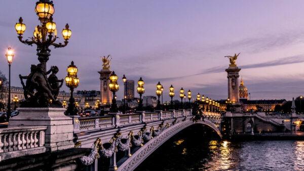EN FRANCE : Introduction